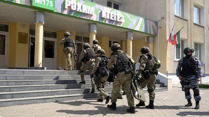 Agentes de la policía acceden al colegio tras el tiroteo, este martes en Kazán.