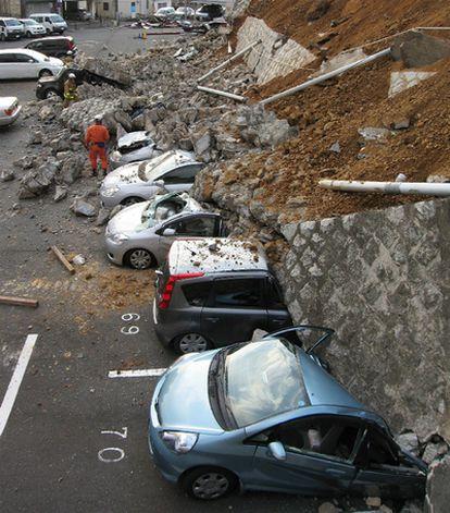 Coches aplastados por el derrumbe de un muro en un aparcamiento de la ciudad de Mito, en la prefectura japonesa de Ibaraki. El pavoroso seísmo ha afectado gran parte de la costa este-noreste de Japón.