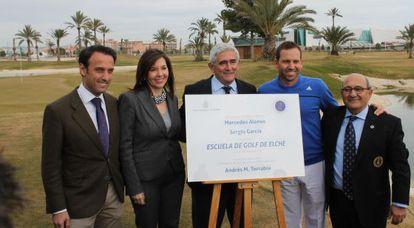 La alcaldesa, Mercedes Alonso y los promotores de la escuela de golf.