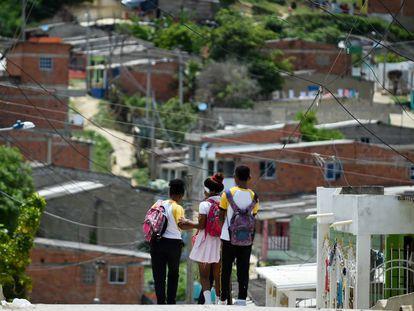 Un grupo de adolescentes en un pueblo de Colombia