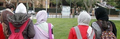 Cuatro de las alumnas que han acudido al Instituto Camilo José Cela con velo en apoyo a su compañera.