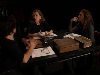 Las actrices Pepa López (izquierda), Rosa Novell y Anna Ycobalzeta, en un momento de la obra.