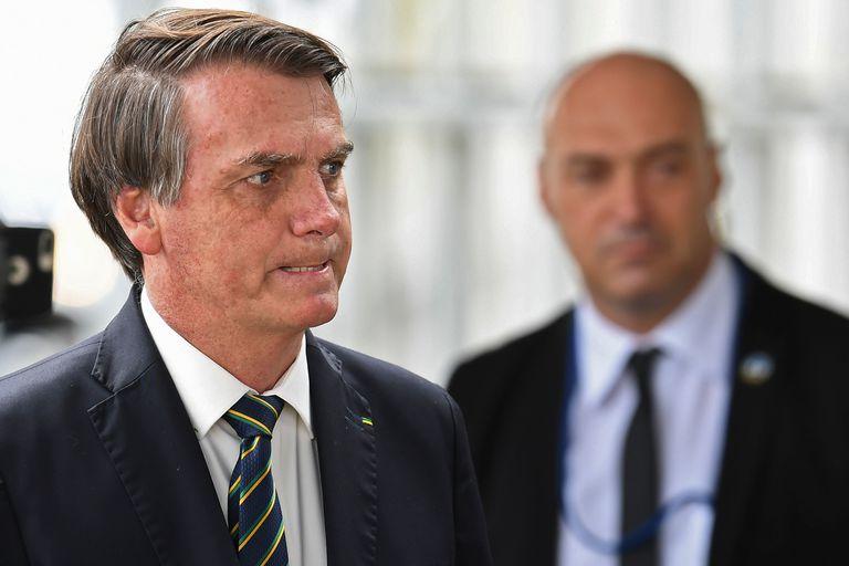 Bolsonaro gesticula a su llegada este martes al palacio presidencial de Alvorada, en Brasilia.