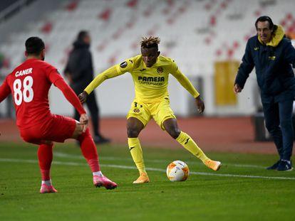 Samu Chukwueze busca un pase ante la mirada de Emery