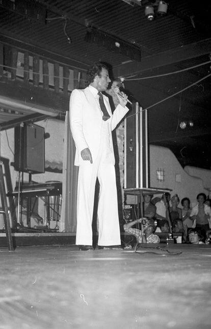 El cantante Julio Iglesias amenizó uno de los primeros desfiles de Adlib Ibiza en los años setenta.