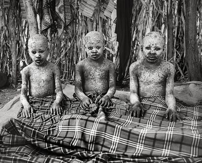 Andrea Peter, Fernando Hamis y Elia Chibali, durante el ritual de iniciación a la edad adulta.