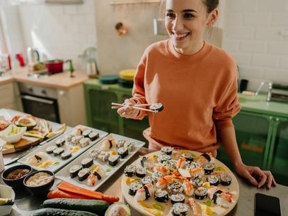 Preparar sushi casero resulta muy sencillo con este 'kit' a la venta en Amazon. GETTY IMAGES.