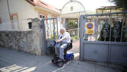Un anciano sale de la residencia Arzobispo Morcillo, a principios de julio.