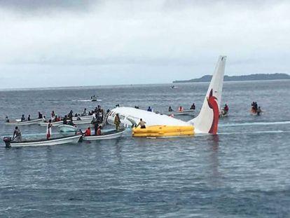 Avión accidentado en las aguas de una laguna en Weno (Micronesia). En el vídeo, buzos de la Marina de Estados Unidos ayudando en el rescate de los pasajeros.
