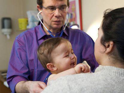 Una madre con su bebé en el pediatra.