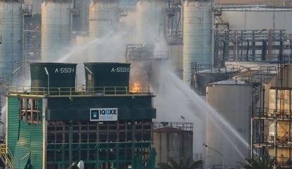 Bomberos rocían agua después de que estallara un incendio en una petroquímica de Tarragona el 15 de enero de 2020.