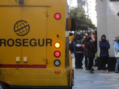 Fila de personas para ingresar a un banco, en Buenos Aires.