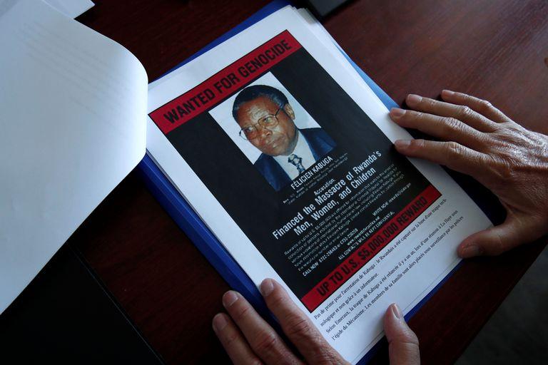 Una fotografía de Félicien Kabuga, sospechoso fugitivo por el genocidio de Ruanda, en un dossier de documentación, este martes en París.