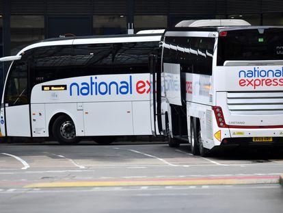Autobuses de la compañía National Express en la estación Victoria, en Londres.