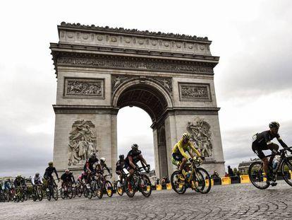 Chris Froome porta el maillot amarillo en el Tour de Francia 2015