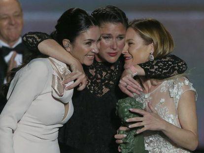 En foto, Celia, Tamara y María, las tres hijas de Pepa Flores, recogiendo su Goya de Honor. En vídeo, repaso de la carrera de Marisol.