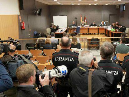 Vista del juicio a seis 'ertzainas' por la muerte de Iñigo Cabacas.