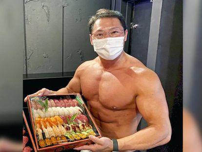 El propiertario del servicio de reparto a domicilio con culturistas, Minoru Sugiura. En vídeo, imágenes de Sugiura en su restaurante.