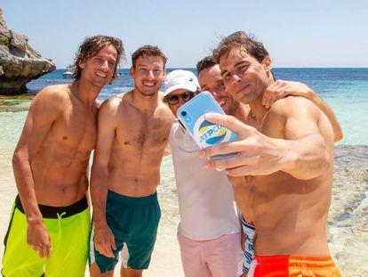 Feliciano, Carreño, Roig, Bautista y Nadal se hacen un selfi en Perth.