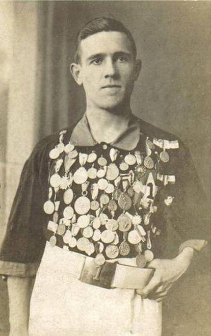 Ramón Unzaga, con algunas de las medallas que logró el fútbol y atletismo.