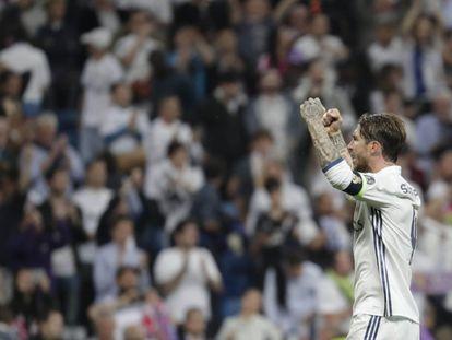 El jugador del Real Madrid Sergio Ramos celebra la victoria de su equipo ante el Atlético de Madrid al finalizar el partido.
