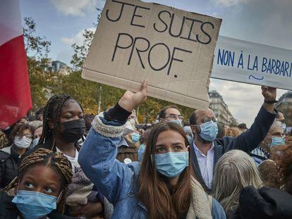 Un grupo de estudiantes, en una manifestación en París en homenaje al profesor asesinado.