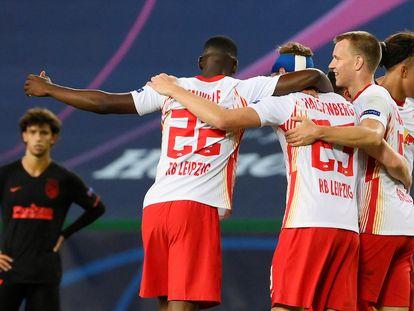 Varios jugadores del Leipzig celebran este jueves en Lisboa el pase a semifinales, con João Félix al fondo.