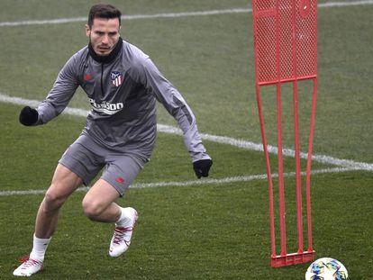 Saúl, durante un entrenamiento del Atlético. En vídeo, Simeone y Oblak, en la rueda de prensa previa al encuentro.