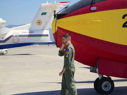 El capitán piloto Reinaldo Fernández Boyero, del 43 Grupo de la Fuerza Aérea, recibe instrucciones al teléfono en el aeropuerto de Dalaman (Turquía). Detrás un avión antiincendios de Azerbaiyán que también participa en las labores de extinción.