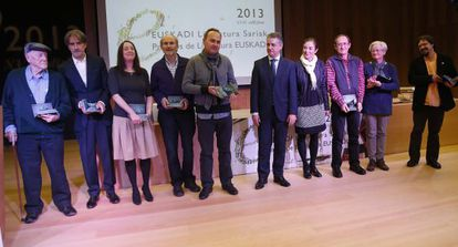 Los galardonados con los Premios Euskadi posan este martes en San Sebastián con el 'lehendakari' y la consejera Cristina Uriarte.