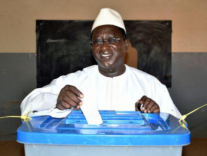 Soumaïla Cissé, líder de la Unión por la República y la Democracia (URD), introduce su voto durante la segunda vuelta de las elecciones presidenciales de 2018 en un colegio electoral de Niafunké (Malí).