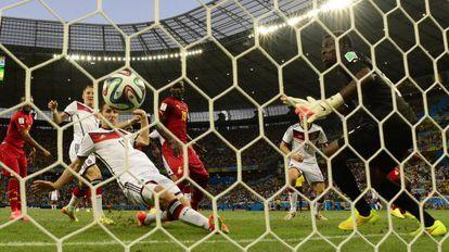 Klose marcó así su gol histórico que le iguala con Ronaldo como máximo anotador (15) en los Mundiales.
