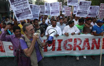 Griegos e inmigrantes, en una protesta antirracista en Atenas.
