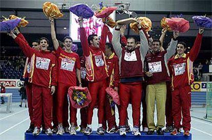 El equipo español celebra el triunfo en el podio.