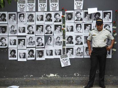 Retratos de las víctimas de la guerra civil de Guatemala, fuera del Congreso.