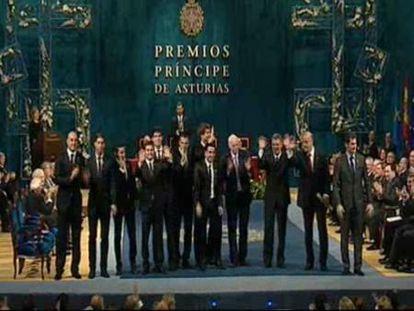 Del Bosque rompe el protocolo y ofrece el Príncipe de Asturias a Luis Aragonés