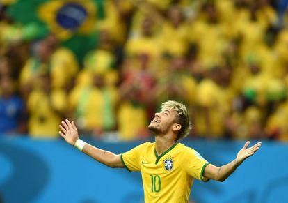 Neymar celebra su gol frente a Camerún.