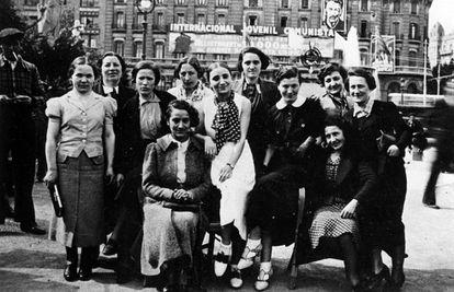 Las llamadas mamás belgas, en la plaza de Cataluña a su llegada a Barcelona en mayo de 1937.