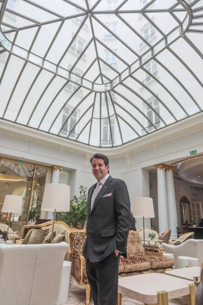 Greg Liddell, director del Hotel Ritz, posa en los salones centrales bañados de luz natural gracias a la bóveda acristalada.