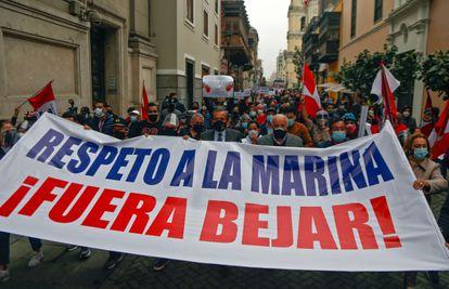 Manifestantes a la puerta de la cancillería exigen la dimisión de Béjar por sus declaraciones sobre la Marina, este martes, en Lima.