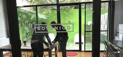 Las oficinas cuentan con un patio interior en el que guardan las bicicletas de sus coworkers