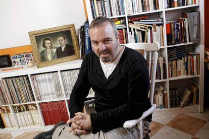 Rubén Buren, en su casa, delante de una foto de sus bisabuelos, Melchor Rodríguez y Paca Muñoz.
