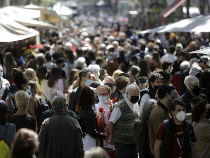 Una imagen de La Rambla, este mediodía, llena de ciudadanos.