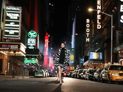 Momento de la presentación de la colección otoño-invierno de Michael Kors, en un desfile grabado dedicado a Broadway (Nueva York) y hecho público en abril de 2021.