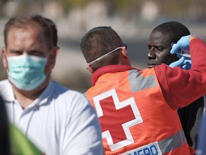 Llegada al muelle de Arguineguín (Gran Canaria) de 21 migrantes rescatados de una patera, el pasado día 21.