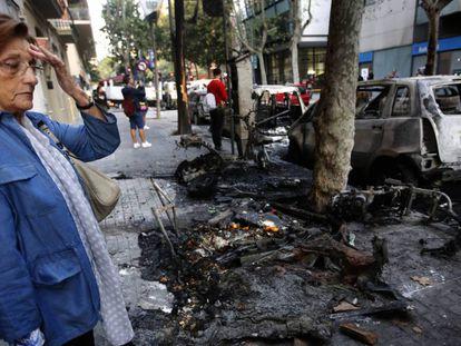 Una mujer contempla este jueves los destrozos producidos en las calles de Barcelona tras la sentencia del 'procés'. En vídeo, el testimonio de algunos afectados.