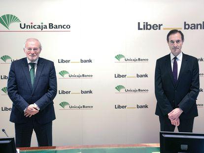 El presidente de Unicaja, Manuel Azuaga (i) junto con el consejero delegado de Liberbank, Manuel Menéndez. EFE/Unicaja
