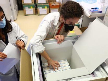 Llegada de las primeras vacunas de Janssen a Aragón, este jueves.