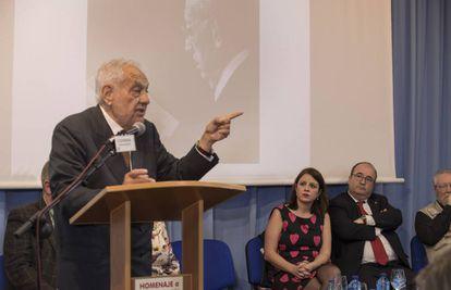 Miquel Iceta y Adriana Lastra escuchan la intervencion de Tierno Perez-Relaño, hijo de Tierno Galván, este miércoles, durante el homenaje por los 100 años del nacimiento del 'viejo profesor'.