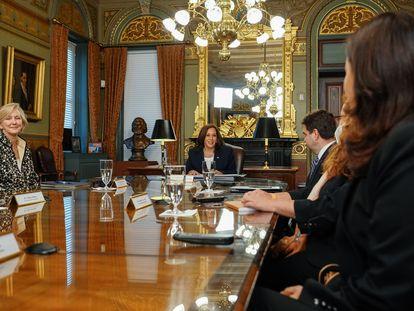 La vicepresidenta de EE UU, Kamala Harris, en la reunión con las abogadas exiliadas de Guatemala en la Casa Blanca.
